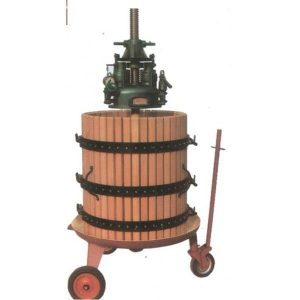 Prensa hidraulica manual. Con cuba de recolección en acero al carbóno y jaula de madera. Funcionamiento hidráulico con aceite en dotación, Manómetro para la regulación automática de la presión, con tres ruedas y tirador. Capacidad 210 kg